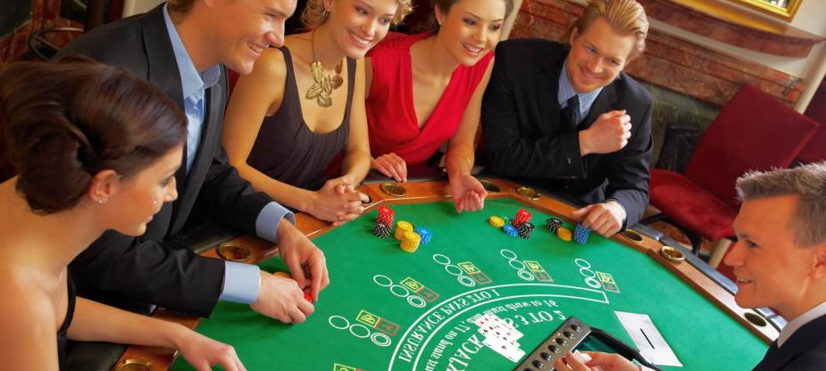 Menschen Casinospiele spielen